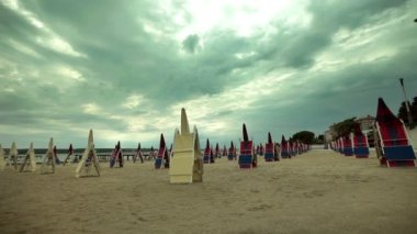 Sun shades and deckchairs in perspective — Vídeo de Stock
