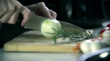 Slicing an onion into pieces — Stock Video