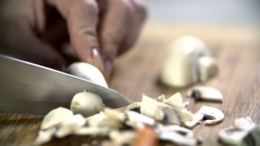 Cutting button mushroom into small pieces — Vidéo