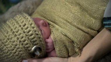 Baby bewaldet, in Strickwaren Kleidung von Kopf zu den Zehen — Stockvideo
