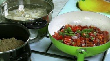 Přidávat různé zeleniny do směsi na pánvi v pomalém pohybu — Stock video