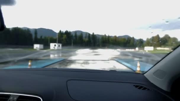 Conducción a través de polígono de simulación de condiciones climáticas extremas — Vídeo de stock