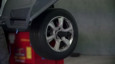 The tire is rolling on an iron pole — Stock Video