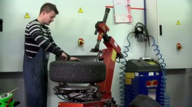 Unscrewing the screws on a tire — Stock Video