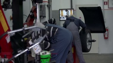 Two auto mechanics at work — Stock Video