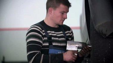 Vulcaniser is tightening the tire screws back on — Stock Video