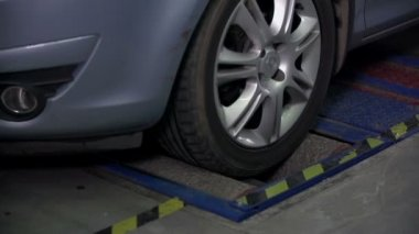 Teting car's brakes on front tires in slow motion — Stock Video