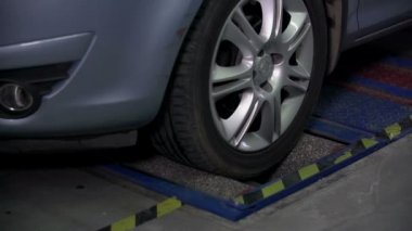 Testing the car brakes — Stock Video
