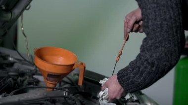 Mechanic checking the oil level — Stock Video