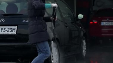 Woman washes her car — Stock Video