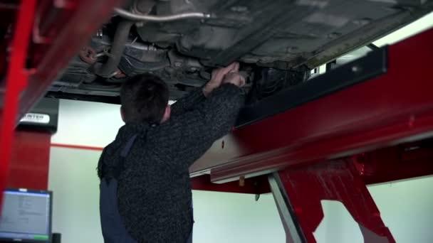 Garagiste réparant la partie inférieure du châssis — Vidéo