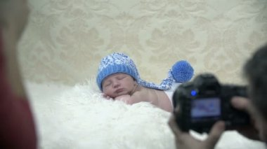 Photographer takes pictures of a baby in a winter scene — Stock Video
