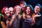 Grupo de hermosas jóvenes amigos en la discoteca. — Foto de Stock