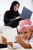 Arapça anne ve oğlu evde — Stok fotoğraf