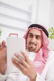 Arab using digital tablet — Zdjęcie stockowe