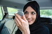 Mulher árabe no carro — Fotografia Stock
