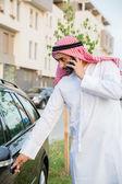 Arabische man krijgen in auto — Stockfoto