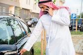 Homme arabe en voiture — Photo