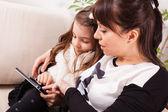 Mutter und Tochter Tabletts — Stockfoto