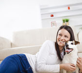 Kobieta z psem w domu — Zdjęcie stockowe