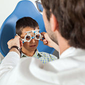 Optometrist Giving Boy Eye Examination — Foto Stock