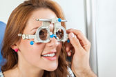 Optometrist Giving Woman Eye Examination — Foto Stock