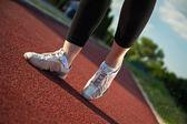 Zapatos de mujer fitness durante el entrenamiento — Foto de Stock