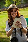 τουριστική κορίτσι χρησιμοποιώντας ψηφιακή δισκίο — Φωτογραφία Αρχείου