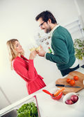 Para wspólne gotowanie w kuchni — Zdjęcie stockowe