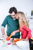 Man preparing meal for girlfriend — Zdjęcie stockowe