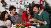 Las personas se reúnen para la cena de navidad — Foto de Stock