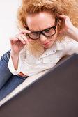 Dziewczyna pracuje na laptopie w domu — Zdjęcie stockowe