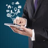 Człowiek za pomocą cyfrowego tabletu — Zdjęcie stockowe