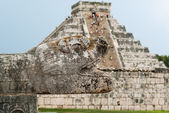 Chichen Itza Pyramid with Snake Head in Foreground — Foto Stock