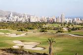 ベニドーム、スペインでゴルフ場を持つ高層ビル都市のパノラマ — ストック写真