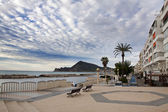 Primera línea de playa en un pueblo turístico en españa, altea — Foto de Stock