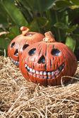 Dvě vtipné halloween dýně vertikální — Stock fotografie