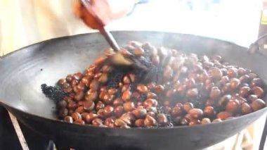 Merchant is stirring chestnuts — Stock Video