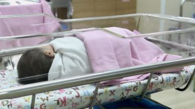 Pasgeboren baby in kwekerij — Stockvideo