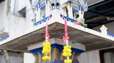 Respeito a coisa sagrada com guirlandas de flores para proteger casa de males para tailandês tradicional — Vídeo stock