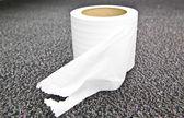 Närbild rulle vit toalettpapper — Stockfoto