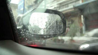Regarder par la fenêtre de la voiture à motos dans les rues de bangkok — Vidéo