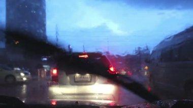 Conduite dans une rue des pluies à bangkok, il pleut sur le pare-brise. — Vidéo