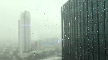 Lloviendo fuera del edificio de alta vista en bangkok — Vídeo de stock