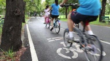 люди ездят на велосипедах по утрам — Стоковое видео