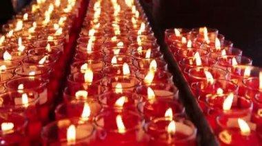 Řádky hořících svíček na čínský chrám — Stock video
