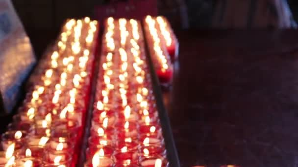 Rows of burning candles at the Chinese temple — Vidéo