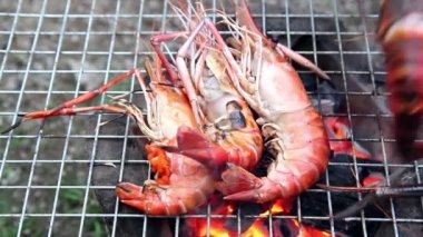 Delicious shrimps on grill cooking — Stock Video