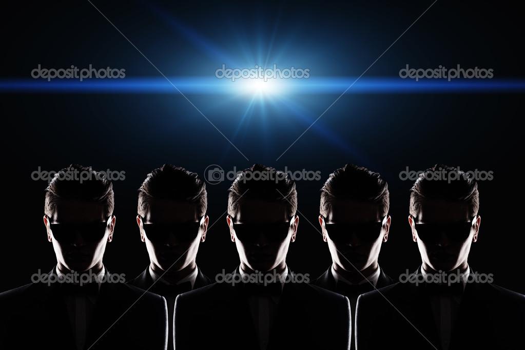Siluetas de un hombre joven que lleva gafas de sol en un for Cuarto oscuro fotografia
