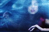 Porträtt av en vacker ung flicka i en röd klänning på en bil rullar — Stockfoto